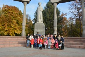 Третьеклассники у памятника Курманжан Датка