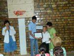 Элхан получает Диплом победителя из рук Радика Таланта - победителя конкурса молодых ученых-медиков
