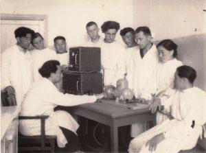 Данияров со студентами в лаборатории