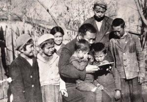 Жусуп читает книгу детям