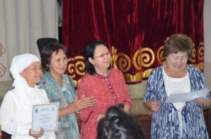 Карабагышова Гүлайым Жумабаевна получает грамоту гостей конкурса - Конгресса Женщин