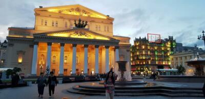 У здания Большого театра (Историческая сцена)