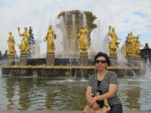 Перед Фонтаном Дружбы на фоне скульптуры кыргызской девушки